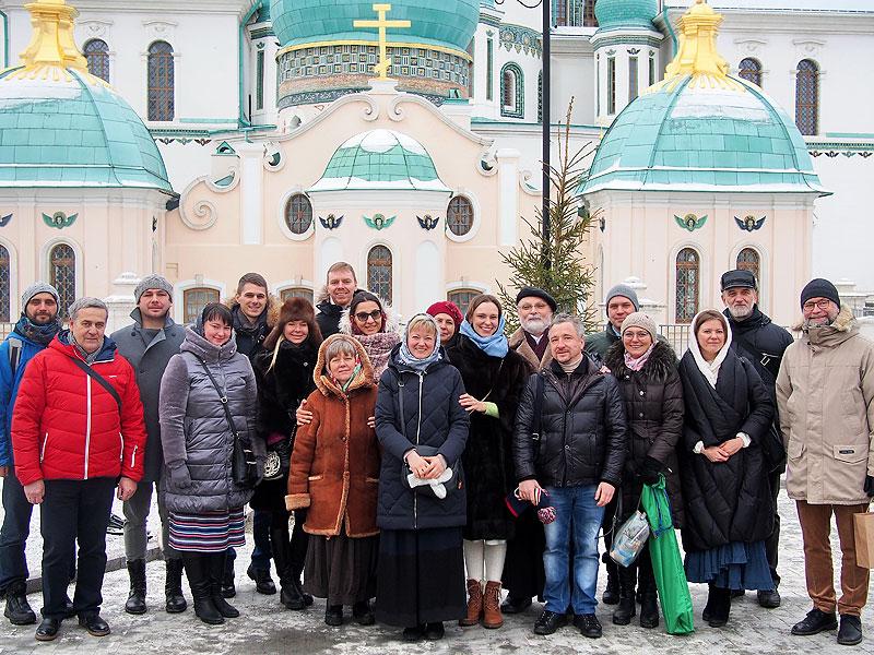 Группа нововоцерковлённых Свято-Андреевского малого православного братства (Москва) вместе с катехизаторами после литургии в Воскресенском Новоиерусалимском монастыре