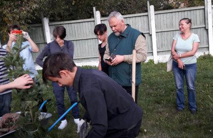 И.В. Гарькавый вместе с волонтёрами – подростками из Преображенского братства