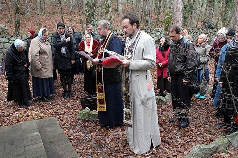Поминальная молитва на месте массовых расстрелов жертв красного террора в лесу над Ялтой в бывшем имении Багреевка