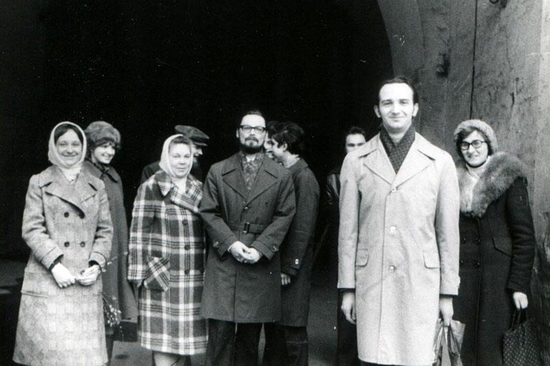 Георгий Кочетков с частью группы верующих друзей в Новодевичьем монастыре. 1979 г.