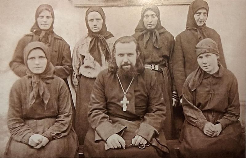 Игумен Варсонофий (Верёвкин) с сестрами Петергофского подворья